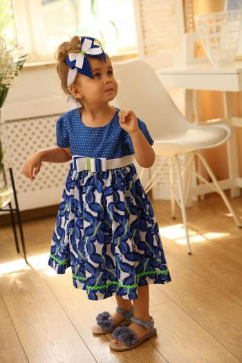 Niebieska sukienka w motylki