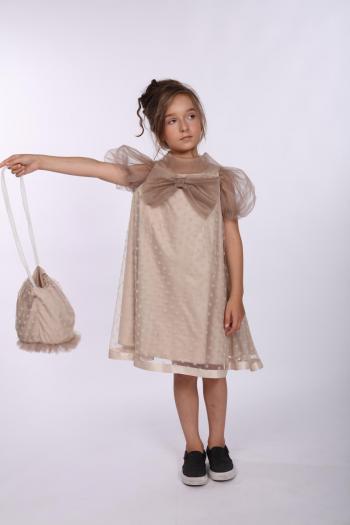 Sukienka wykonana z tiulu