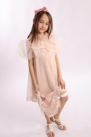Łososiowa sukienka z koronki
